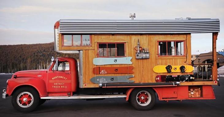 Cet homme redonne vie à un ancien camion de pompier de 1953 en le transformant en mini-maison sur roues