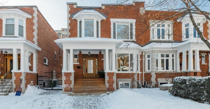 Ce cottage jumelé de 1919 cache bien son jeu avec son intérieur lumineux et au design moderne