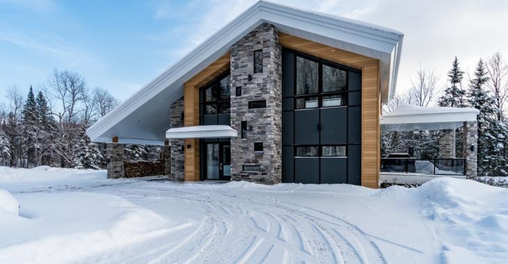 Séduisante demeure au design moderne en harmonie avec la nature dans la région de Québec