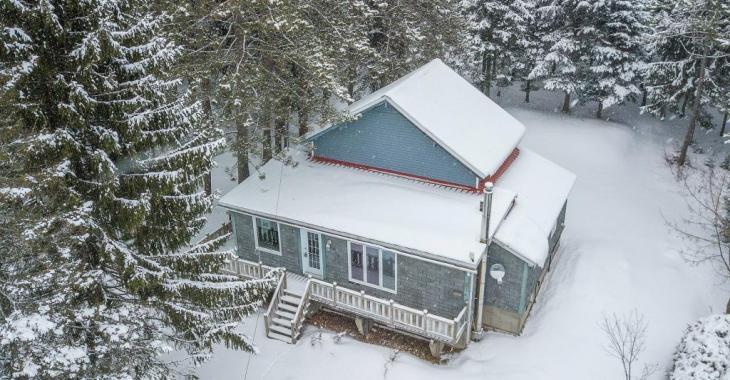 Cette maison de 7 pièces vous offre la vie de chalet à l'année longue pour bien moins cher qu'un loyer!