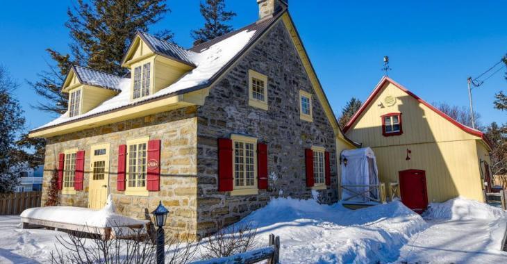 D'une rare beauté, cette maison patrimoniale de Laval possède un charme fou du haut de ses 188 ans