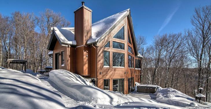 Cette maison lumineuse perchée en forêt est l'endroit par excellence pour se ressourcer dans les Laurentides