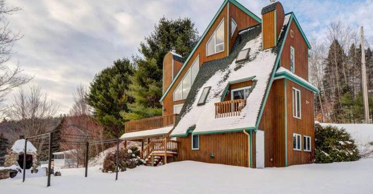 En plus de sa façade intrigante, cette maison au bord d'un lac vient avec toutes sortes de particularités qui en font une demeure unique en son genre