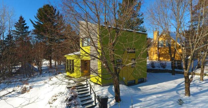 Derrière la façade futuriste de cette résidence de la région de Québec se cache un intérieur confortable et lumineux