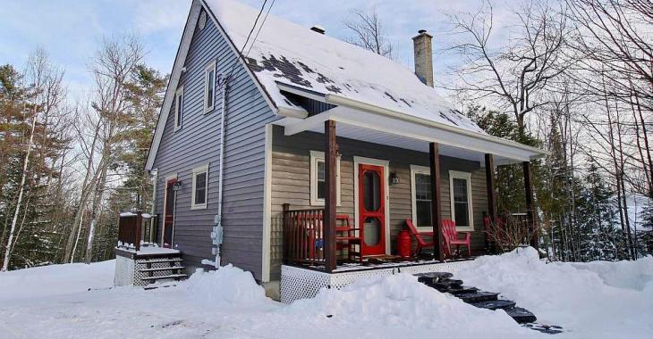 Chaleureux cottage entièrement rénové sur une terre boisée propice aux promenades en nature