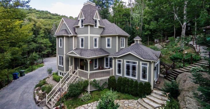 Exceptionnelle maison à flanc de montagne dans les Laurentides