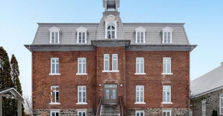 Cet ancien couvent a été complètement transformé en une spacieuse résidence de 23 pièces