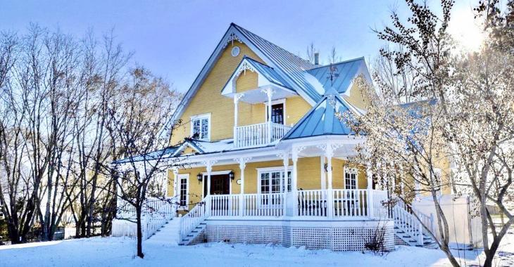 Cette magnifique résidence à vendre possède un très grand terrain sans aucun voisin à l'arrière