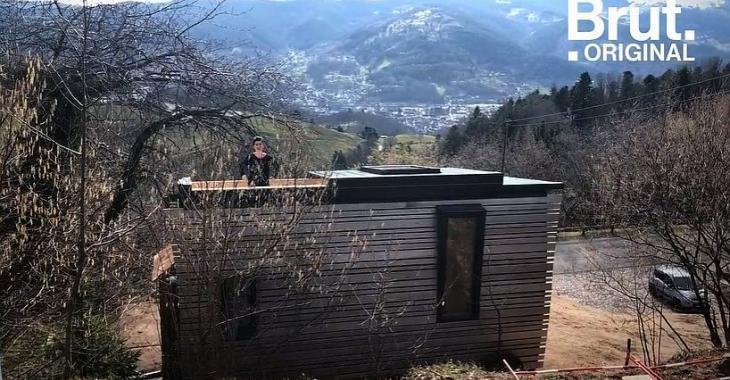 Cette jeune femme nous fait visiter sa mini maison parfaite avec un toit ouvrant et une vue panoramique spectaculaire