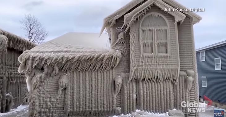 Des maisons sur le bord d'un lac complètement recouvertes de glace