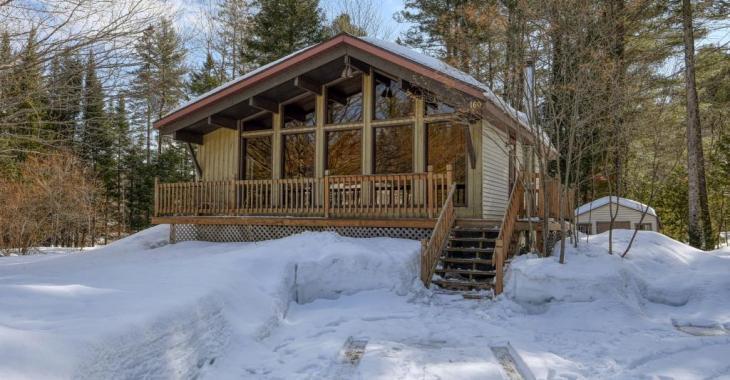 Lumineuse et abordable, cette chaleureuse résidence rénovée est un paisible refuge en Montérégie