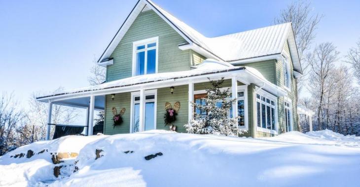 Découvrez le superbe intérieur de cette maison juchée au sommet d'une montagne