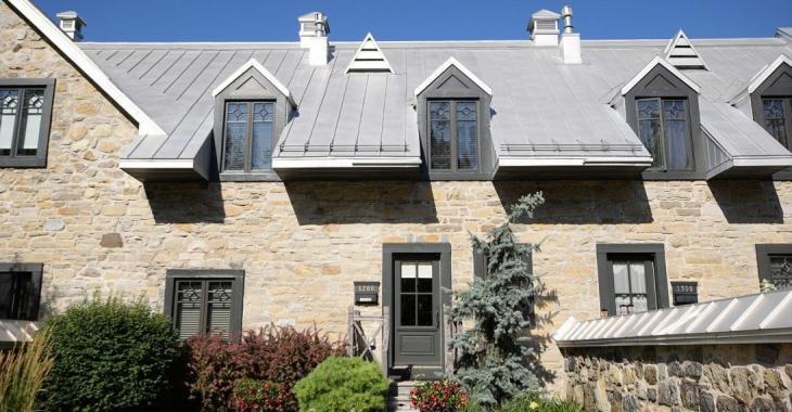 Derrière la façade en pierre de ce manoir historique se trouve un magnifique condo digne d'un magazine de décoration