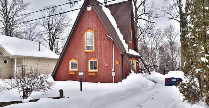 Située aux abords d'une rivière, cette demeure à la façade étonnante possède un intérieur intime et coquet