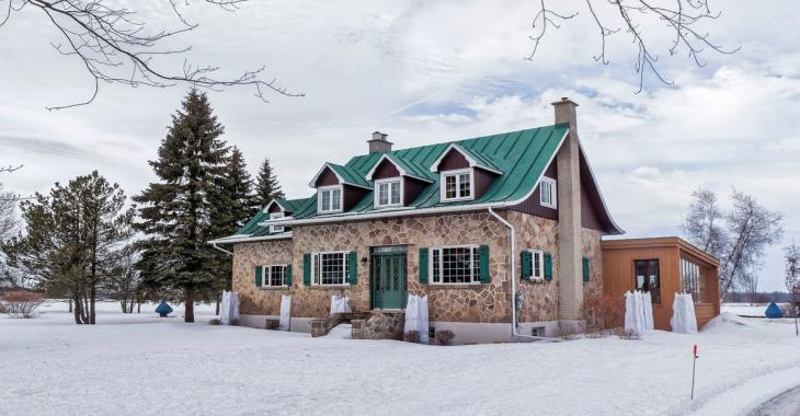 Splendide maison canadienne au cachet historique au coeur d'un immense terrain sans voisin arrière