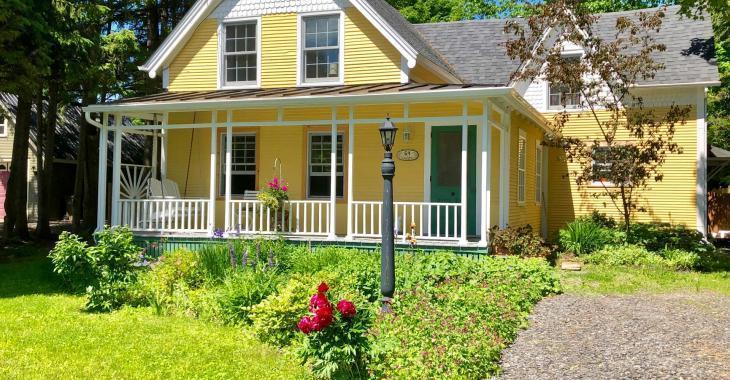Cette ravissante maison de 1860 vous offre de vivre au cœur du magnifique village de Knowlton