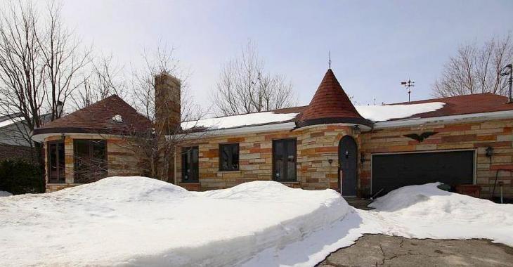 Avec ses tourelles et son intérieur singulier, ce curieux petit château à vendre pour 85 000$ a de quoi surprendre