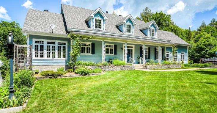 Malgré ses airs de cottage de Cape Cod, cette paisible demeure au bord de l'eau se trouve dans les Laurentides