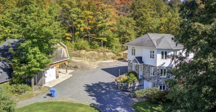 Cette impeccable résidence rénovée et son superbe terrain boisé de 59 843 pi² sont à vendre pour 274 000 $