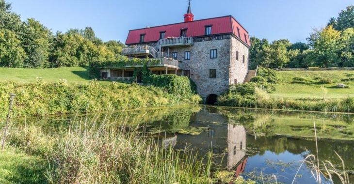 Autrefois un moulin seigneurial, ce havre protégé à Rigaud vous offre bien plus qu'une simple résidence familiale