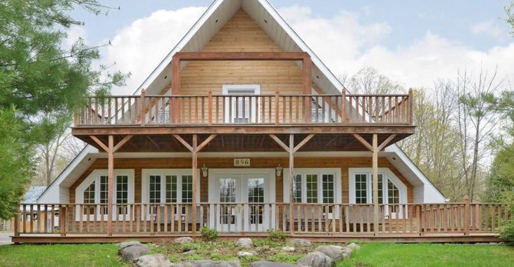 Profitez du cadre paisible et du charme unique de cette maison en bois sur terrain de plus de 37 000 pi²