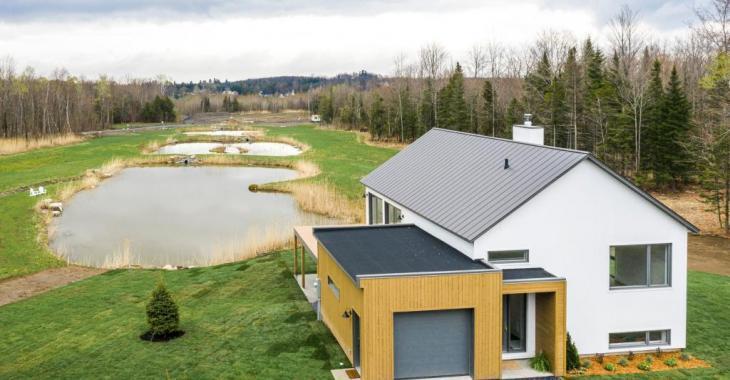 Imposante maison au charme scandinave dont les pièces lumineuses et épurées plairont aux amateurs de minimalisme