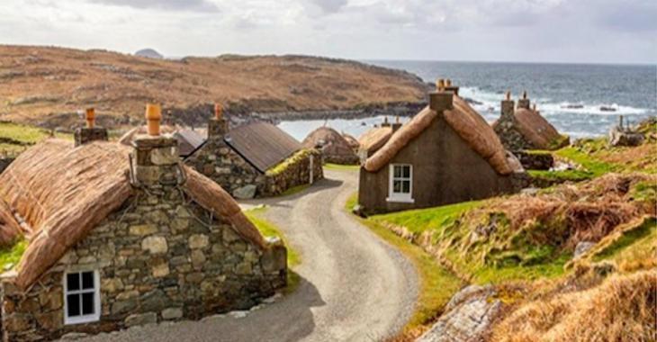 Un village écossais abandonné reconverti en un lieu d'hébergement pour touristes aventuriers