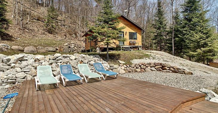 Avec son terrain de plus de 132 acres, ce superbe chalet en bois vous offre un espace en parfaite harmonie avec la nature