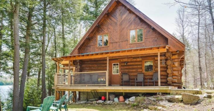 Cette classique maison en bois rond aux abords d'un lac à l'eau cristalline est un merveilleux coin de paradis