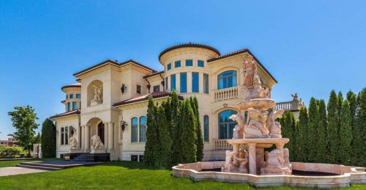 """L'intérieur de cette """"villa grecque"""" de 7 777 777$ ne donne pas du tout l'impression qu'elle se trouve à Ville Saint-Laurent"""