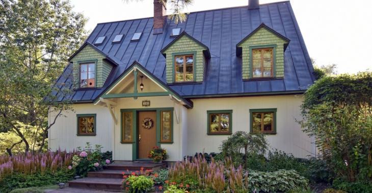 Cette charmante résidence est cachée dans une rue sans issue, sur un très grand terrain de 62 828 pi²