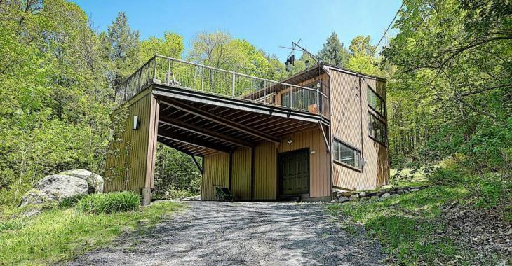 Nichée sur un terrain boisé intime, cette maison vous charmera avec son aire ouverte phénoménale et son immense terrasse