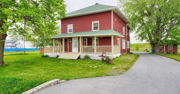 Rare sur le marché et vendue meublée! Ravissante maison de 150 ans et dotée de 9 chambres sur la Rive-Sud de Montréal