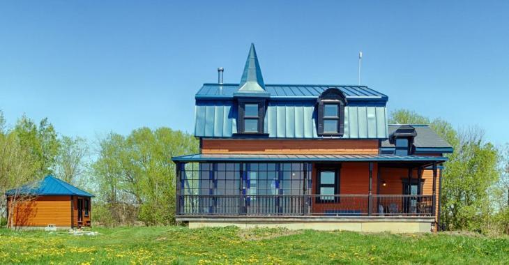 """À 30 minutes de Montréal, cette """"maison de campagne"""" entièrement transformée n'a rien à voir avec les habituelles demeures champêtres"""