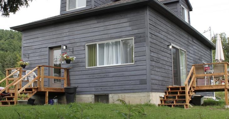 Maison de campagne vous offrant 2 chambres à coucher, 2 salles de bain et 2 salles d'eau pour 134 500 $