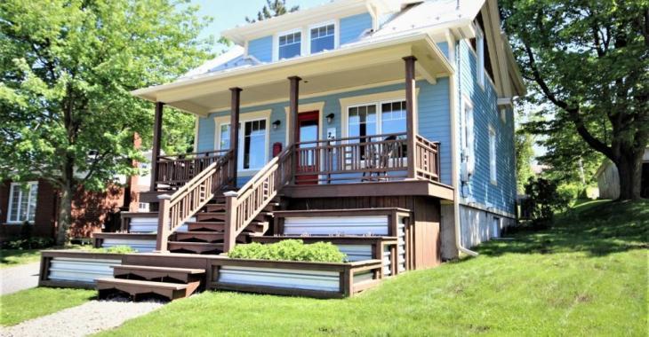 Coquette à l'extérieur, encore plus belle à l'intérieur; une visite et vous serez charmé par cette maison de 269 900 $