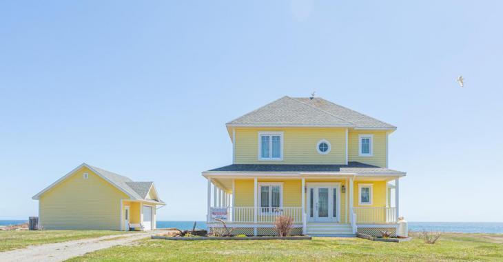 Splendide maison jaune à vendre aux Îles-de-la-Madeleine