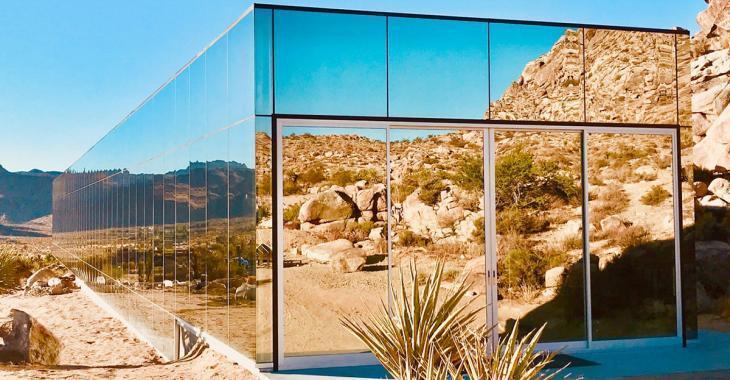 Cette maison «invisible» ressemble à un gratte-ciel tombé en plein désert