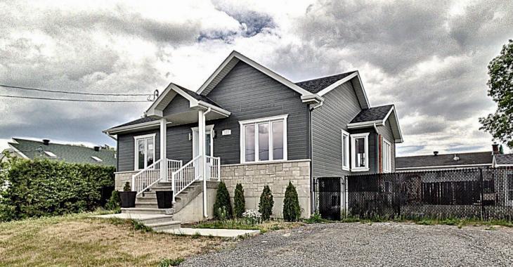 4 chambres à coucher, 2 salles de bain, une magnifique cuisine; venez découvrir ce surprenant bungalow de 299 999 $