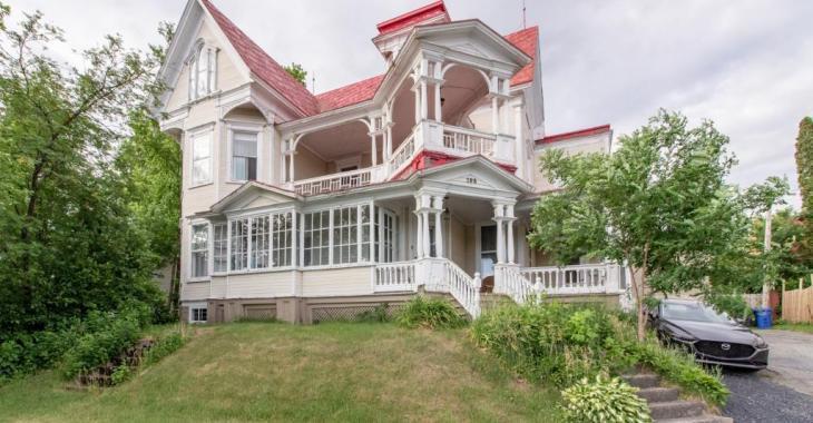 Élégante victorienne au cachet historique à vendre pour 218 000$ et offrant de multiples possibilités résidentielles et commerciales