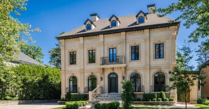 Venez découvrir l'intérieur de cette demeure de Rosemère vendue entièrement meublée et s'inspirant des châteaux européens