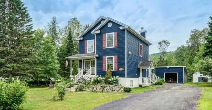 Cette coquette maison bleue pourrait loger toute votre famille à moins de 160 000$