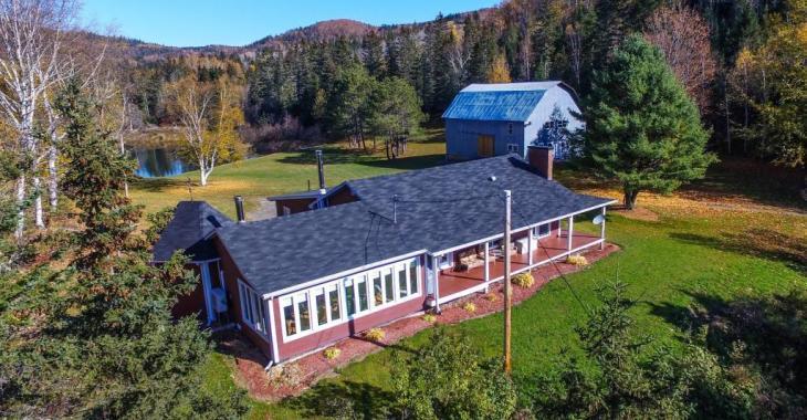 Maison champêtre sur une terre de 183 acres avec lac privé et vue époustouflante sur les montagnes