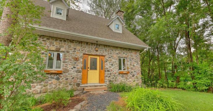 Formidable petit nid douillet bien entretenu, cette demeure en pierres des champs fera le bonheur d'une famille