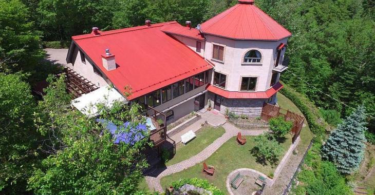 Cette curieuse propriété aux allures de villa toscane se trouve dans les Laurentides et se vend... moins de 1 million de $!