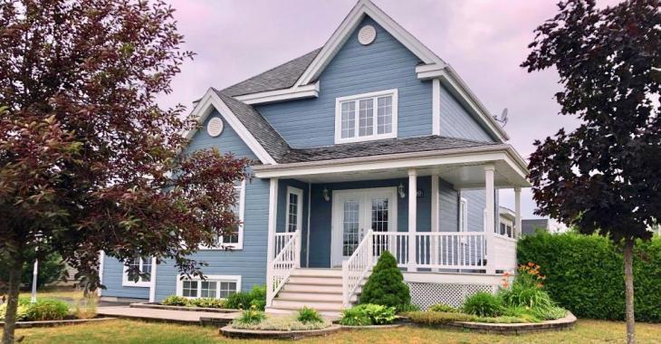 Découvrez l'intérieur de ce chaleureux cottage de style champêtre de 4 chambres à coucher