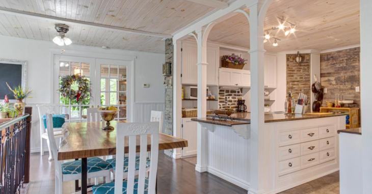 Coup de cœur assuré pour cette ravissante maison de 275 000 $ et son intérieur chaleureux rénové au fil des ans