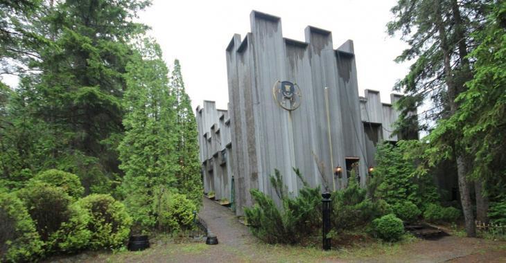Une forteresse au cachet unique entourée de terrasses à vendre à Chicoutimi