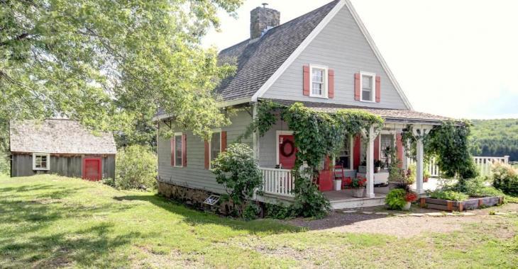 Construit de manière artisanale, cet élégant cottage se vendant 179 000$ est un véritable havre de paix champêtre