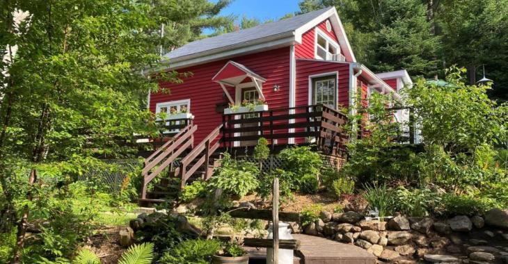 Avec ses boiseries et son foyer en pierres, cette chaleureuse maison à vendre pour 189 000$ vous fera plonger dans le passé